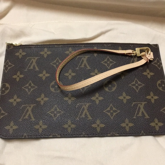 98d9da73626db Louis Vuitton Handbags - Louis Vuitton Neverfull MM Pochette